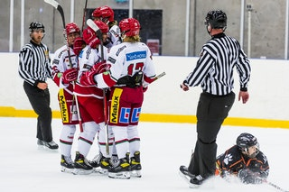 Lore Baudrit kramas om av lagkamrater efter 0-1 i matchen mellan Göteborg och Modo på Angered Arena. Foto:Christian Flodin